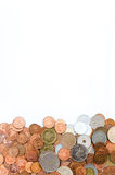 Thaise muntstukdimen, het muntstuk van dollarhong kong en Japans Yenmuntstuk Stapelmuntstukken op witte achtergrond Royalty-vrije Stock Afbeeldingen