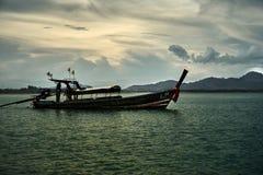 Thaise nationale boot die rond de baai varen stock fotografie