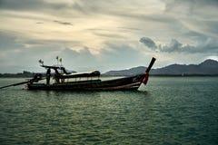Thaise nationale boot die rond de baai varen royalty-vrije stock afbeelding