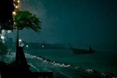 Thaise nationale boot die rond de baai varen stock foto's