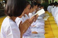 Thaise niet geïdentificeerde mensen die, Bangkok, Thailand bidden Royalty-vrije Stock Afbeelding