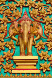 Thaise olifantsstandbeelden in tempeldeur. stock afbeeldingen