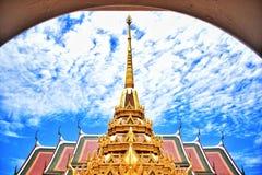 Thaise oude stijltempel met kader en blauwe hemel Stock Foto