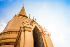 Thaise pagode in Bangkok met zonnige blauwe hemel Royalty-vrije Stock Afbeeldingen