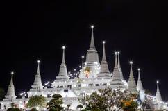 Thaise pagode bij nacht Stock Afbeeldingen