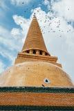 Thaise pagode met blauwe hemel en vogels Stock Foto