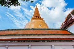 Thaise pagode met duidelijke blauwe hemel en oud Thais huis Stock Afbeeldingen