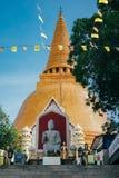 Thaise pagode met groene boom Stock Afbeeldingen