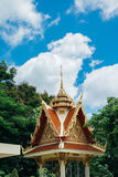 Thaise pagode met groene boom en duidelijke blauwe hemel Stock Fotografie
