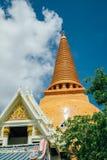 Thaise pagode in tempel met blauwe hemel Stock Foto