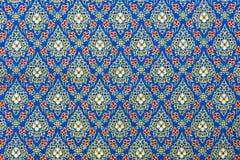 Thaise Patronen in Blauw en Gouden op Zijdestof stock afbeelding