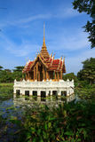Thaise pavillion in lotusbloemvijver in een park, Bangkok Stock Fotografie