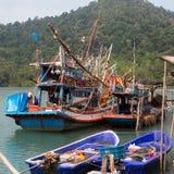 Thaise pijlinktvis` s vissersboten in het visserijdorp Reis Stock Foto's