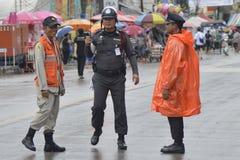 Thaise Politie die op veiligheid toezicht houdt Stock Foto's