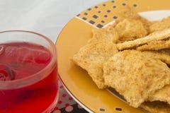 Thaise rijstcracker met droog verscheurd varkensvlees en Saprood Stock Foto's