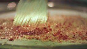 Thaise roomijsproductie Het Thaise broodjesroomijs wordt gemaakt met de hand op diepvriezer stock videobeelden