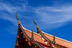 Thaise roop in tempel op duidelijke hemel Stock Afbeeldingen
