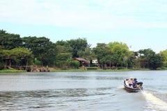 Thaise Snelheidsboot op de rivier stock foto's