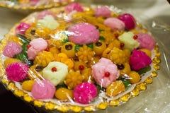 Thaise snoepjes op het gouden dienblad stock afbeeldingen
