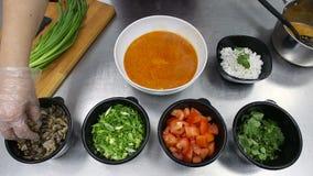 Thaise soep die tom yam met zeevruchten maken stock videobeelden