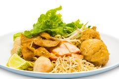 Thaise stijl van het droge bovenste laagje van de einoedel met gebraden kippendrumsti Royalty-vrije Stock Foto
