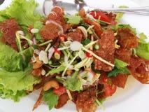 Thaise stijl van het salade de kruidige knapperige varkensvlees stock afbeeldingen