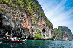 Thaise stijlboot in overzees dichtbij Krabi-eilanden voor reis stock foto's