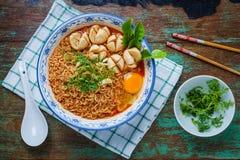 Thaise stijlnoedel, noedeltom yum kung met rundvleesvleesballetje Stock Afbeeldingen