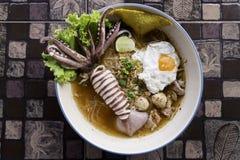 Thaise stijlnoedel, tom yum, de soep van de pijlinktvisnoedel Royalty-vrije Stock Fotografie