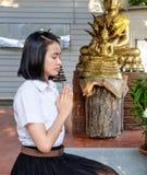 Thaise studente in beleefde actie bij tempel Stock Foto's