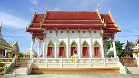 Thaise Tempel in een zonnige dag in Thailand stock video