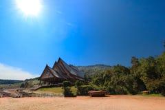 Thaise tempel met duidelijke hemel Royalty-vrije Stock Afbeeldingen