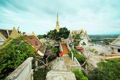 Thaise tempel op de bovenkant van berg met aardige blauwe hemel Stock Foto's