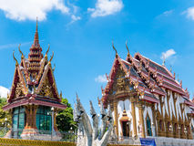 Thaise tempel tegen blauwe hemel Stock Foto