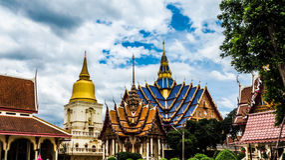 Thaise tempel in traditionele stijl Stock Afbeeldingen