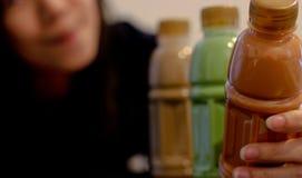 Thaise thee, groene thee en koffie in een fles Stock Foto's