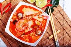 Thaise Tom Yam-soep met garnalen en shiitake paddestoelen Royalty-vrije Stock Afbeeldingen