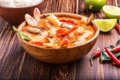 Thaise Tom Yam-soep met garnalen en shiitake paddestoelen Stock Fotografie
