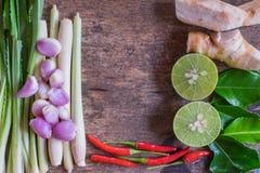 Thaise Tom Yam-soepkruiden en kruiden op uitstekende houten achtergrond Kruidingrediënten Centrumruimte Stock Foto's