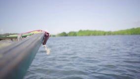 Thaise traditionele houten boot met decoratieve linten stock videobeelden