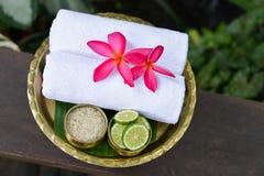 Thaise Traditionele lichaamsverzorgingreeks en handdoek Stock Foto's