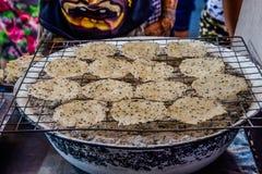 Thaise treader die Rijstcrackers roosteren stock afbeelding