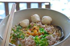 Thaise varkensvleesnoedel in witte kom Royalty-vrije Stock Afbeeldingen