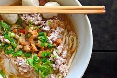 Thaise varkensvleesnoedel in witte kom op Zwarte Achtergrond Royalty-vrije Stock Afbeeldingen