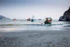 Thaise vissersboten in het blauwe overzees in Khao Sam Roi Yot National Park Stock Foto