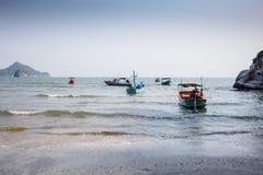 Thaise vissersboten in het blauwe overzees in Khao Sam Roi Yot National Park Royalty-vrije Stock Fotografie