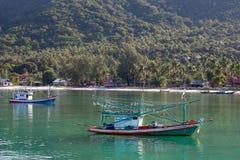 Thaise vissersboten in het overzees Eiland Koh Phangan, Thailand Stock Foto