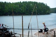 Thaise vissersboten in regendruppel Stock Afbeeldingen