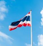 Thaise vlag bij blauwe hemel met wolk Royalty-vrije Stock Foto's
