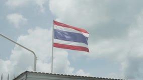 Thaise vlag die in de wind golven stock video